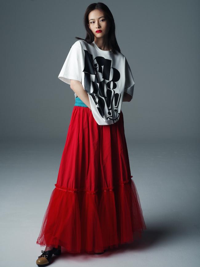 rabbiton Tシャツ ¥23,100 kolorの赤いスカート¥60,600(2021SSレディースコレクション)
