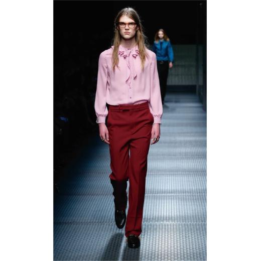 2015-16年秋冬ウィメンズコレクションで、すでにメンズモデルがシルクのフリルブラウスを着用している。