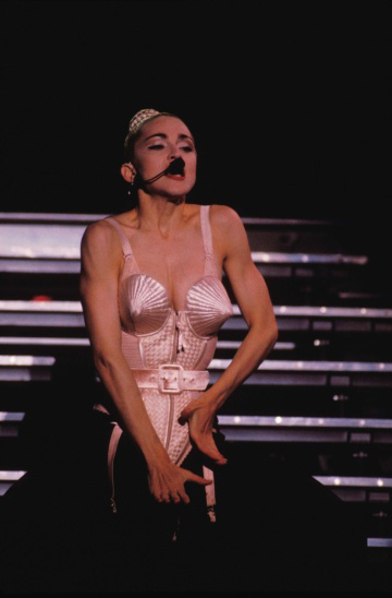 1990年、日本を皮切りに開催されたマドンナのライブ「Blond Ambition Tour」。セクシャルで過激な演出でも話題に。 THOMANN / STILLS / Gamma / Aflo