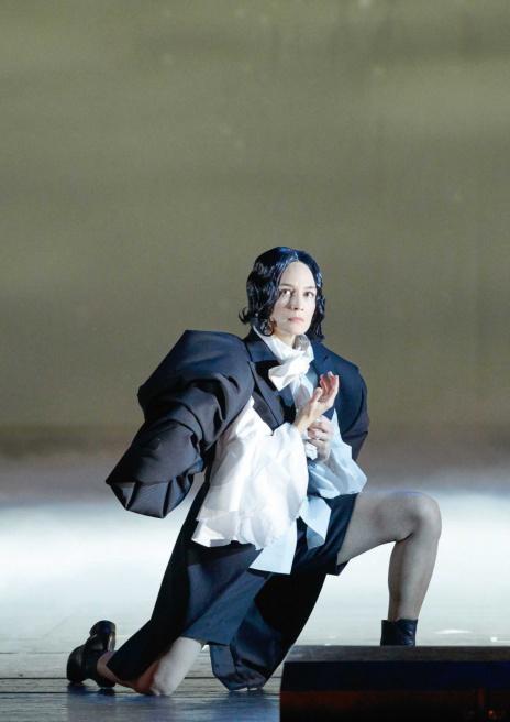 2019年、ウィーン国立歌劇場でのオペラ「オルランド」で舞台衣装を担当。ヴァージニア・ウルフの1928年の小説に基づき、300年にわたり生きたオルランドが男性から女性へと性転換するストーリー。その生き方に共鳴し、この年に行われた2つのコレクションを含め、オルランド三部作として発表した。
