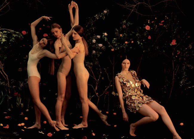<右>ドレス 参考商品/Louis Vuitton(ルイ・ヴィトン クライアントサービス 0120-00-1854)<他>ボディスーツ/すべてスタイリスト私物