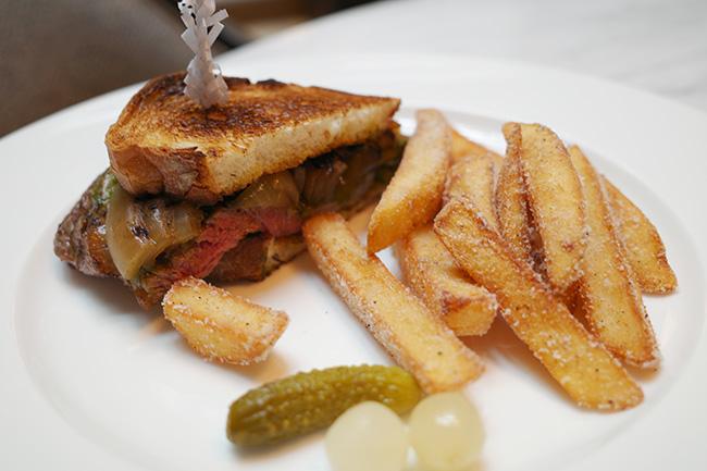「牛リブロースのステーキサンドウィッチ トリュフ風味フライドポテト添え」¥3,080