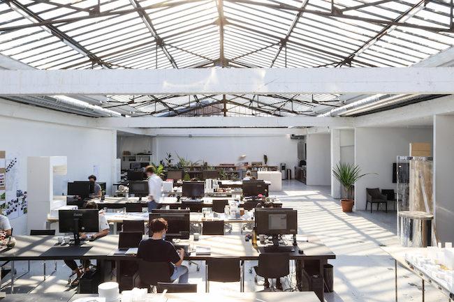 パリにあるATTAのオフィスの様子。Photo: Atelier Tsuyoshi Tane Architects