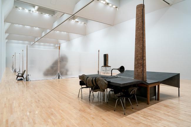 手前:マーク・マンダース 《舞台のアンドロイド(88%に縮小)》2002-2014年 「マーク・マンダース —マーク・マンダースの不在」展示風景、東京都現代美術館、2021年 Photo:Tomoki Imai