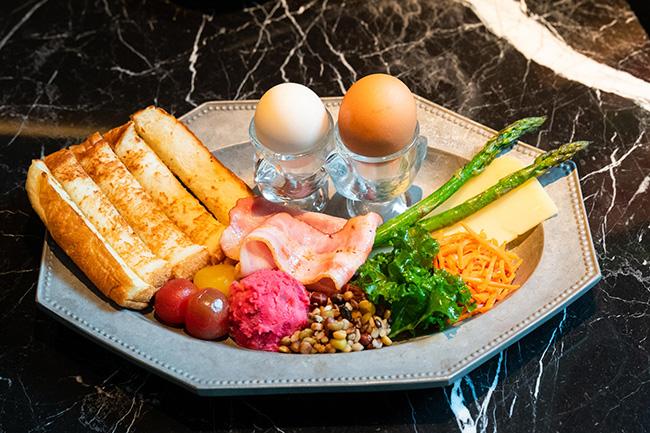 細長いパンを卵などに浸して食べるフランスの朝食「ムイエット」。「ムイエットプレート」¥1,600