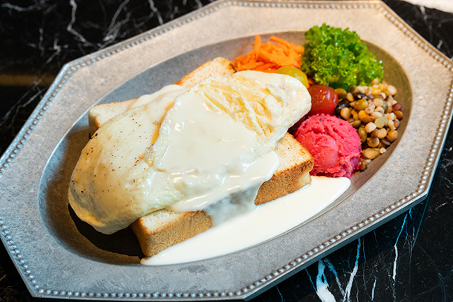 鉄板で焼いた3cmの厚切りトーストに白い卵を使ったとろとろオムレツをオン!「鉄板オムレツプレート」¥1,800