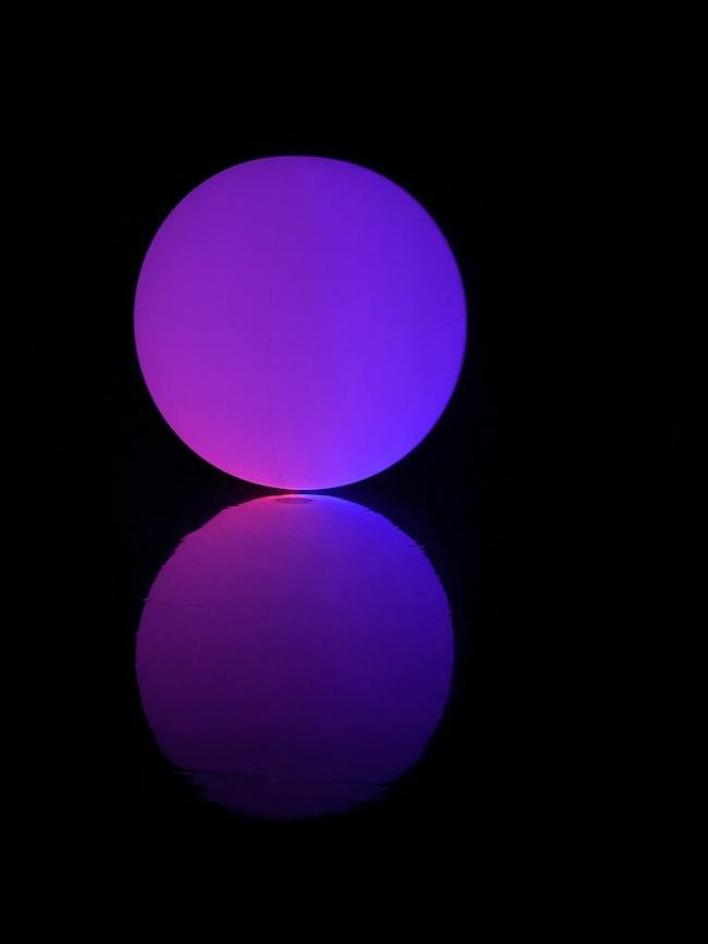 『空中浮揚 - 平面化する赤と青、曖昧な紫』
