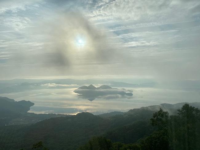 北海道にあるアイヌの人々の聖地でもある洞爺湖。洞爺湖/北海道「洞爺の空飛ぶくじら」 2020 SACRED SPACEより