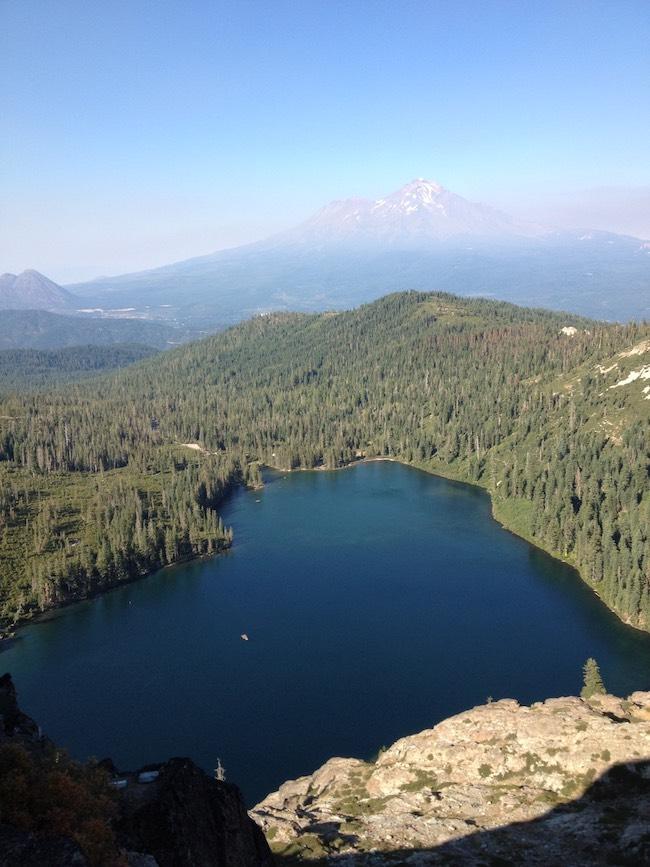 ハート型の湖と、後ろにそびえ立つのがシャスタ山  Shasta/U.S.A 「heart lake」2012 SHASTAより