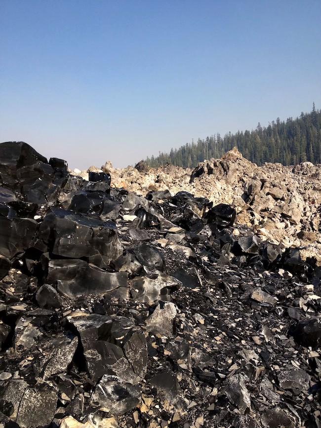 黒いパワーストーン、黒曜石の山グラスマウンテン。Shasta/U.S.A 「obsidian cross」2012 SHASTAより