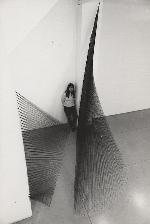 宮本和子『黒い芥子けし』1979年 糸、釘サイズ可変 Courtesy: EXILE, Vienna;Take Ninagawa, Tokyo 展示風景:「新作展」A.I.R.ギャラリー(ニューヨーク)1979年
