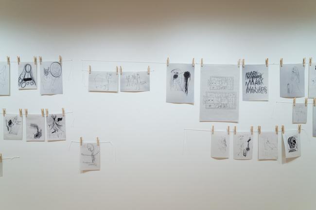 ドローイングの廊下 1990-2021年 「マーク・マンダース —マーク・マンダースの不在」展示風景、東京都現代美術館、2021年 Photo:Tomoki Imai