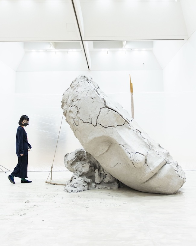 マーク・マンダース《乾いた土の頭部》2015-16年 「マーク・マンダース —マーク・マンダースの不在」展示風景、東京都現代美術館、2021年 Photo:Maru Arai