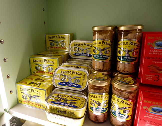 直輸入で仕入れている商品。「マグロのハラミ オリーブオイル漬」(¥1,460)「サバのオリーブオイル漬」(¥970)など