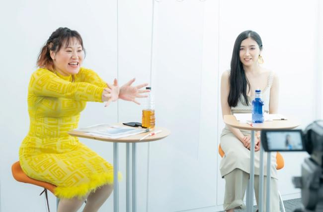 バービーさんが即興で「開けチャクラ!」ポーズをつくってくれました。前編・後編で違うので要チェックです!  Photo : Shuichi Yamakawa