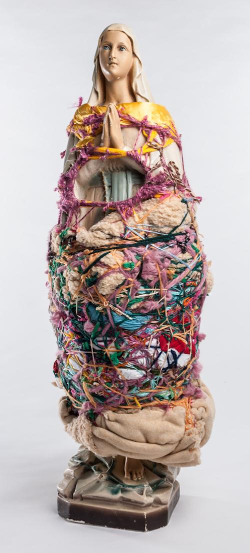ローラ・デルヴォー『無題』 1994年  毛糸、布、聖母マリアの石膏像 66 × 23 × 23cm ©collection abcd/Bruno Decharme