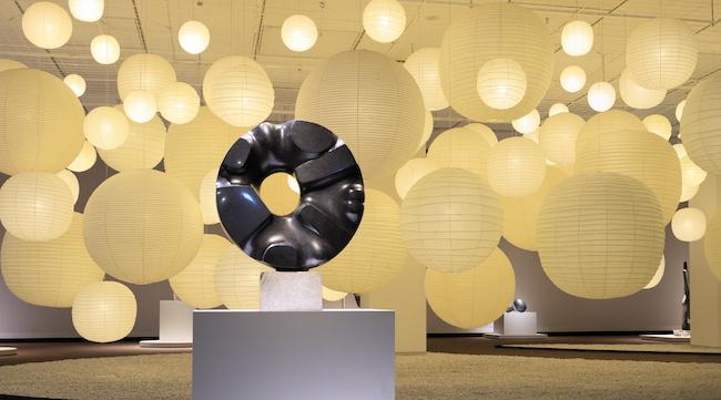 「黒い太陽」と「あかり」インスタレーション展示風景 撮影:齋藤さだむ