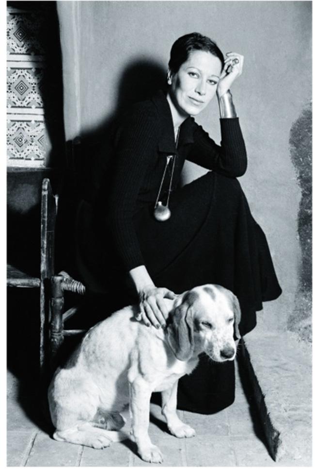 ポルトフィーノを訪れた際にインスピレーションを得てデザインされた『ボトル』ペンダントを纏った彼女。街全体の復旧に寄付したスペイン・サン・マルティ・ベルにて愛犬と一緒に。Tiffany & Co. / Hilda Moray