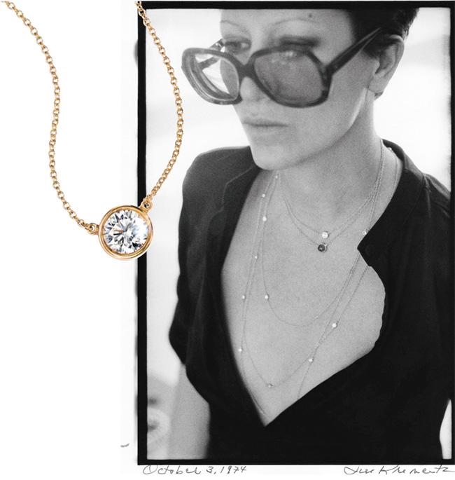 ダイヤモンドの概念を一新した『ダイヤモンド バイ ザ ヤード™』。自身がデザインした『ダイヤモンド バイ ザ ヤード™』をカジュアルに重ね着けしたエルサ・ペレッティは永遠の憧れ。Tiffany & Co./Jill Kremetz