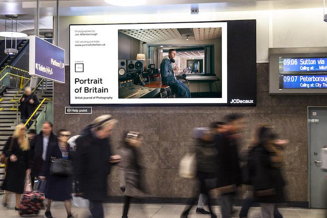 2016年よりスタートした「Portrait of Britain」は、英国に住む多種多様なバックグラウンドを持つ人々のポートレイト写真を一般から募集。アワード形式で表彰し、提携先のJCDecuaux社屋外広告メディアに掲載し、展示企画を実施。あわせて、書籍出版物も刊行している。こちらはロンドンのブラックフライアーズ駅の写真。