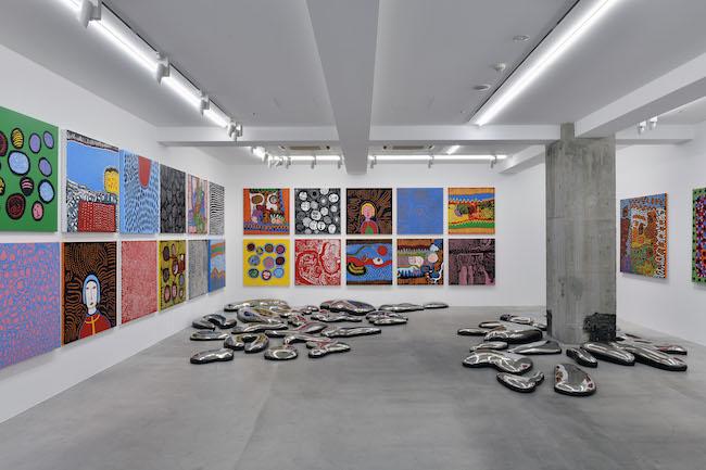 展示風景: 草間彌生「私のかいたことばに あなたのナミダをながしてほしい」オオタファインアーツ(東京)、2021年 © YAYOI KUSAMA  Courtesy Ota Fine Arts