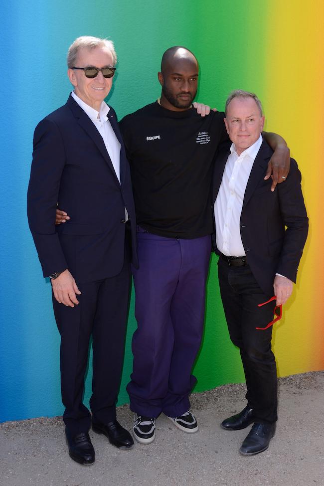 左からLVMH会長兼CEO ベルナール・アルノー、ヴァージル・アブロー、ルイ・ヴィトンCEO マイケル・バーク ©︎Abaca/Aflo
