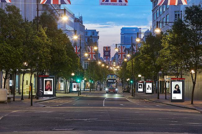 「Portrait of Britain」より。バス停に作品が展示されたオックスフォードストリート(ロンドン)の様子。