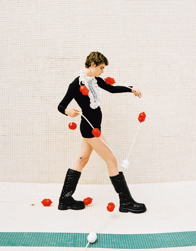 シューズ¥121,000/ValentinoGaravani ドレス¥572,000/Valentino(ともにヴァレンティノ インフォメーションデスク)