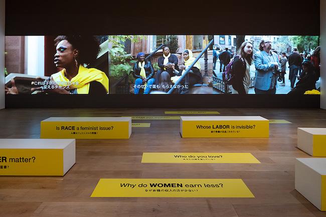 スザンヌ・レイシー《玄関と通りのあいだ》 2013/2021年 本作はクリエイティブ・タイム(ニューヨーク)、ブルックリン美術館エリザベス・A・サックラー・センター・フォー・フェミニスト・ アートの協賛によって2013年に制作されました。展示風景:「アナザーエナジー展:挑戦しつづける力―世界の女性アーティスト16人」森美術館(東京)2021年 撮影:古川裕也 画像提供:森美術館