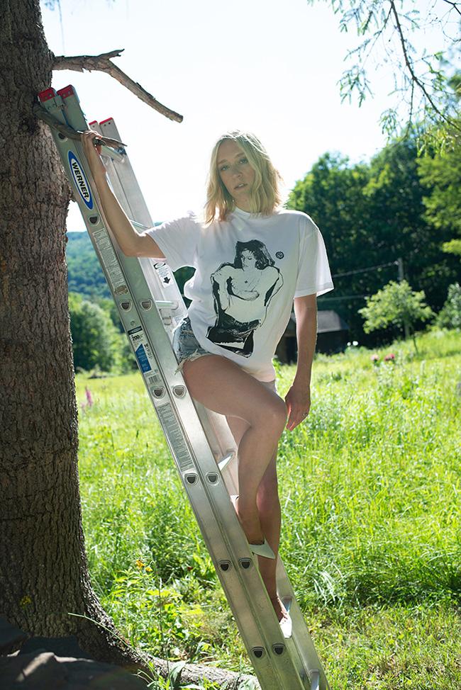 2000年頃にNYのソーホーにあるクラブのダンスフロアで撮った写真をプリントしたTシャツ。Tシャツ ¥7,920/Richardson(リチャードソン・トーキョー)デニムショートパンツ、シューズ(本人私物)
