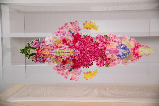 日本からは、ビジュアルアーティスト荒神 明香が制作に参加。 Reflectwo for Miss Dior(2021年、造花の花びら、テグス、アクリル板)