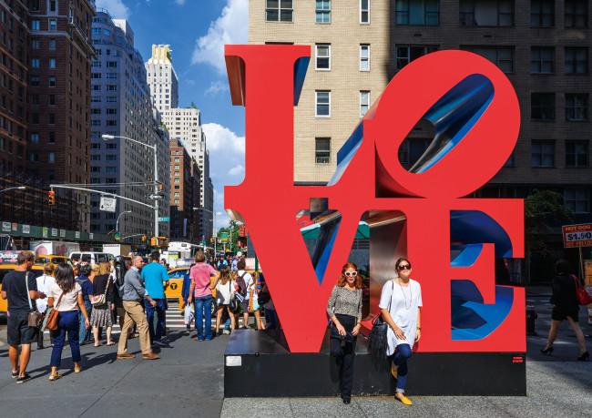 『LOVE』(1966 -99年)より、ニューヨーク・マンハッタンの6番街55丁目に設置された作品。(Photo:富井義夫/アフロ)