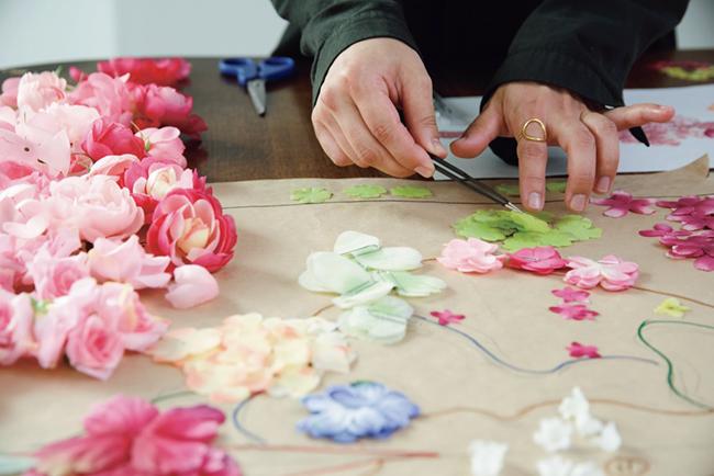 花びらを1枚1枚貼り合わせる緻密な作業を行う荒神。