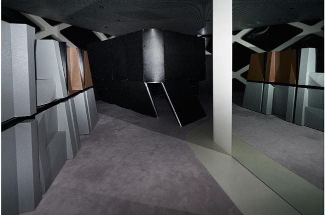 夜間の展示物を捉えたオフィシャルフォトより。©Tomoyuki Kusunose ©PRADA
