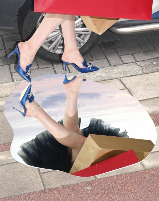 シューズ ヒール 9cm ¥174,900/Manolo Blahnik(ブルーベル・ジャパン ファッション事業本部 03-5413-1050) スカート ¥231,000/Chika Kisada(エドストローム オフィス 03-6427-5901)