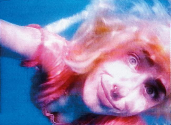 『わたしの海をすすって』1996年、2チャンネル・ヴィデオ・インスタレーション、サウンド/コーナープロジェクション(10分22秒)