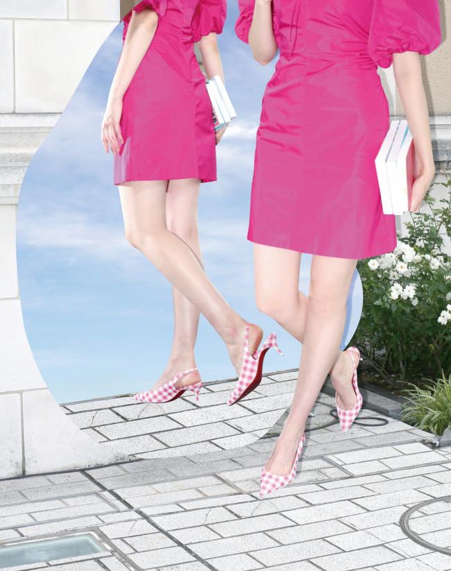 シューズ ヒール 5.5cm ¥112,200/Christian Louboutin(クリスチャン ルブタン ジャパン 03-6804-2855) ドレス ¥74,800(参考価格)/MSGM(アオイ 03-3239-0341)
