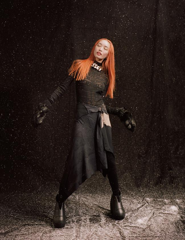 スカート ¥378,400 ブーツ ¥148,400 ネックレス ¥287,100(すべて参考価格) トップ ¥110,000 レギンス ¥124,500 グローブ ¥130,900/すべて Givenchy(ジバンシィ表参道店 03-3404-0360)