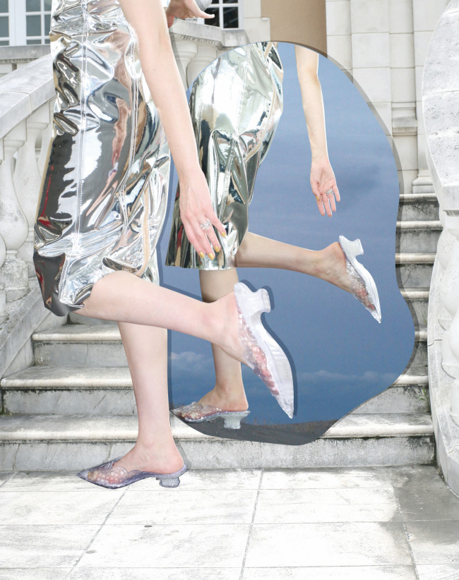 シューズ ヒール 9cm ¥33,550/Y/Project × Melissa(ザ・ウォール PR 03-5774-4001) ドレス ¥121,000/N21(イザ 0120-135-015) リング ¥2,500,000/Buccellati(ブチェラッティ 03-4461-8330)