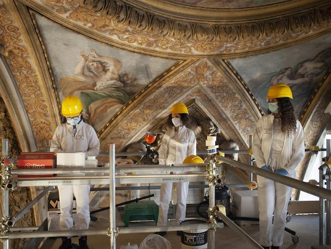ローマの旧サンタ・マルタ・アル・コッレージョ・ロマーノ教会にある教育施設の足場で作業する学生 2021年 ©️ archivio Paola Ghirotti