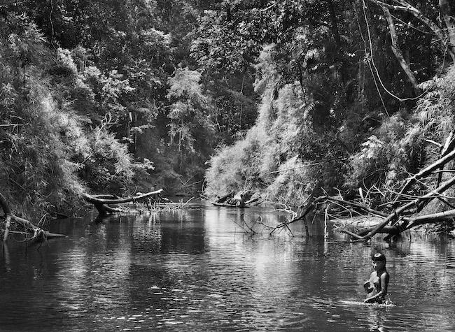 《アマゾニア》ブラジル・アマゾナス州の先住民族スルワハ領地の子供 2017年 © Sebastião Salgado