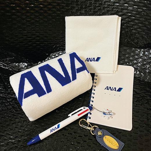 乗るのも大好きなANAのグッズたちは羽田空港で購入。