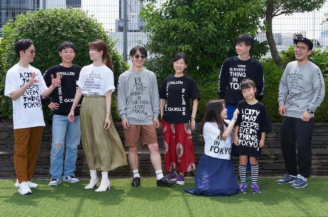 〈久米繊維工業製〉アーティストのメッセージプリントTシャツ(各¥6,380)とスウェット(各¥8,250)