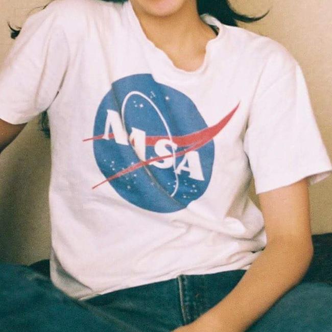 誰もが知るNASAのロゴTはブルーデニムに合わせて。