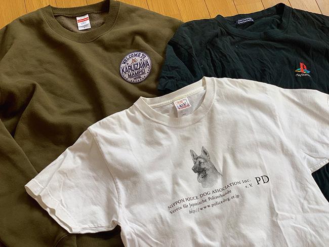 (中)凛々しいシェパードが渋い日本警察犬協会のTシャツは動物シリーズコレクションのひとつ。(左)軽井沢の万平ホテルは、クリスマスに結婚式を挙げた思い出の場所。一生ものの幸せな時間をロゴを見ればいつでも回想できる。(右)ゲーマーらしくPlayStationのロゴTも外せない。