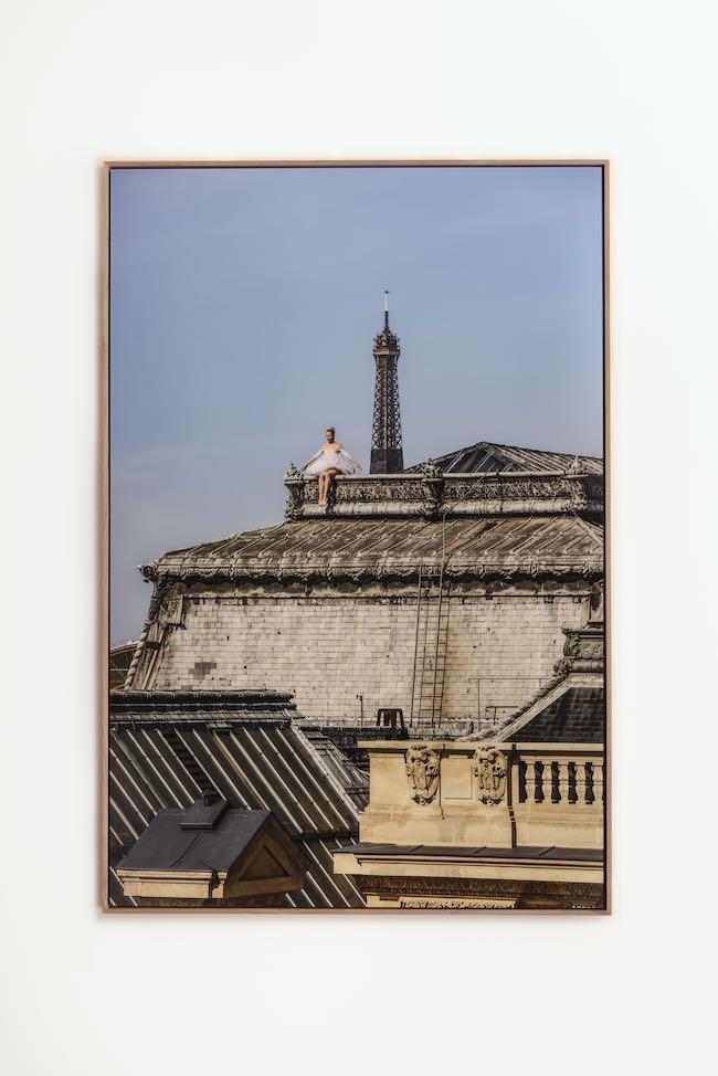 JR 『Ballet, Sur les Toits du Louvre #4, Paris, France』 (2021年) Photographer: Maiko Miyagawa © JR / ADAGP 2021. Courtesy of the Artist & Perrotin