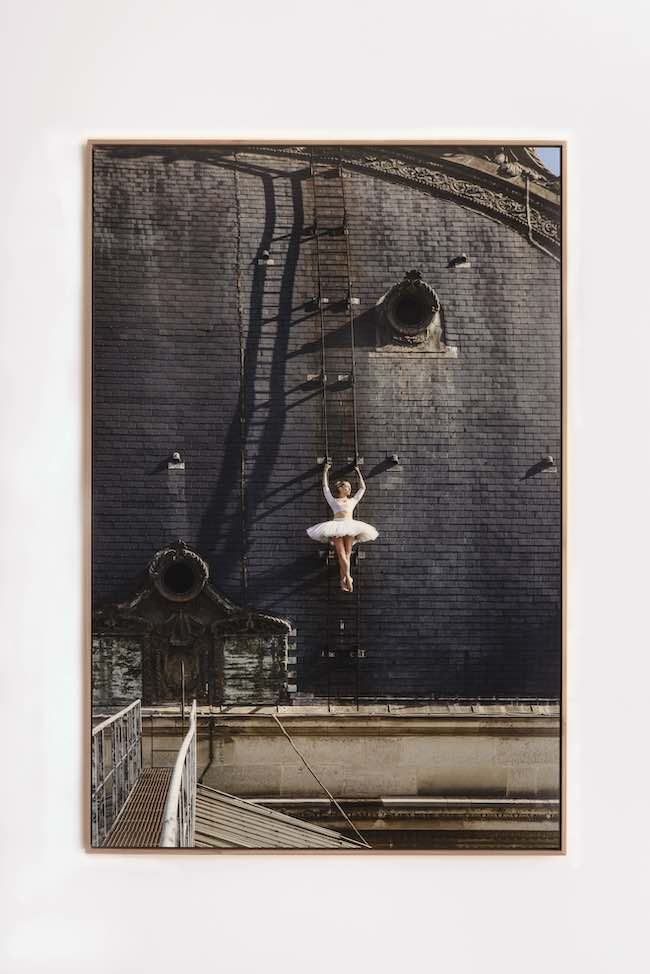 JR 『Ballet, Sur les Toits du Louvre #3, Paris, France』 (2021年) Photographer: Maiko Miyagawa © JR / ADAGP 2021. Courtesy of the Artist & Perrotin