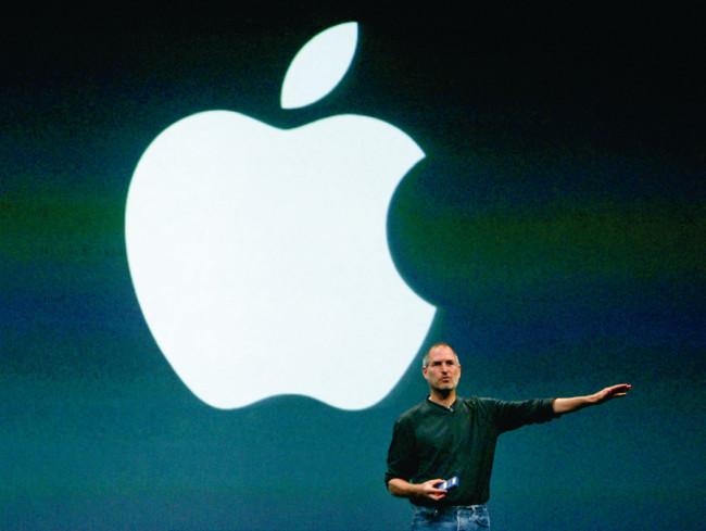 ロブ・ジャノフにロゴデザインを依頼した、アップル創業者のスティーブ・ジョブズ。2004年「iTunes Music Store」の欧州向けローンチ発表時の一コマ。(Photo:ロイター/アフロ)
