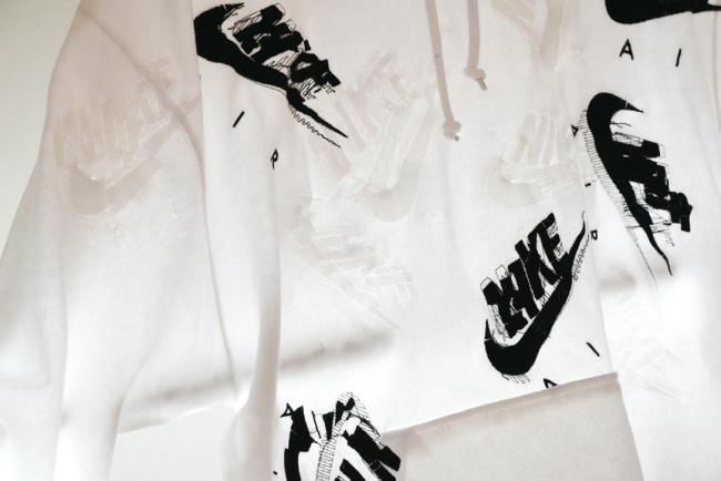 Ateliair by Nike Airとのコラボレーションによる作品、「Nike Air」ロゴのグリッチ刺繍パーカ(2018年)。(Photo:Aya Suzuki @pleasetellmeaboutyourlife)