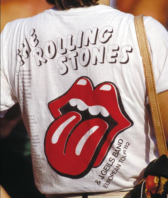 誕生から半世紀以上、さまざまにアレンジされながら世界的な支持を集めるバンドTシャツの王様。写真は1982年の欧州ツアーTシャツ。(Photo:Gamma Rapho/アフロ)